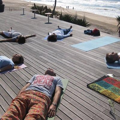yoga-am-strand-auf-terasse