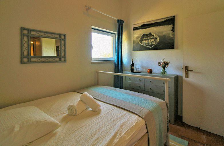 guincho-bay-villa-room-1-bett-von-hinten