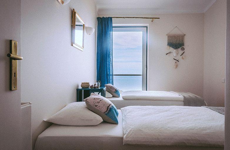 guinchobay-villa-room-3-eingang-bett